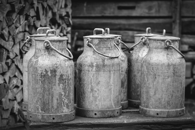 Vieilles boîtes métalliques de lait à une ferme image libre de droits
