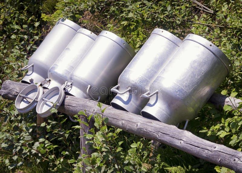 Vieilles boîtes métalliques de lait photo libre de droits