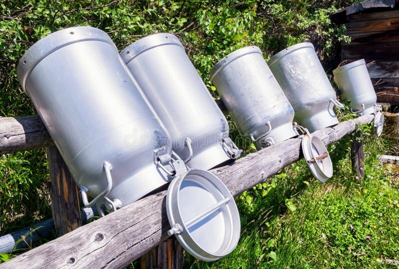 Vieilles boîtes métalliques de lait image libre de droits