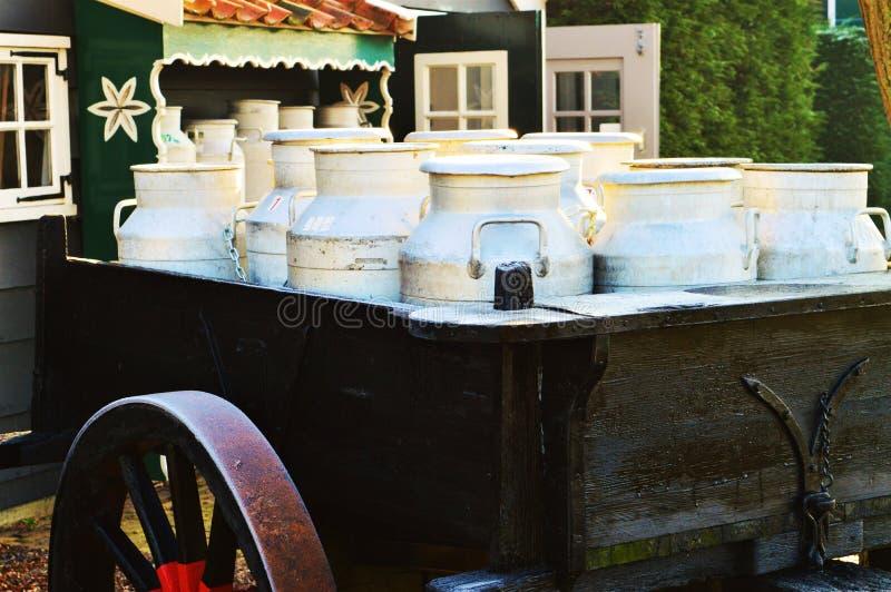 Vieilles boîtes métalliques de lait, Hollande photo stock
