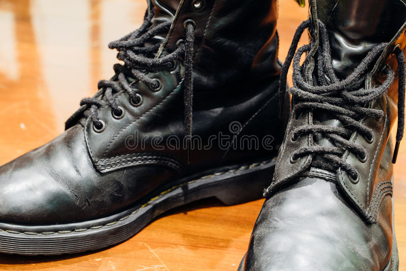 Vieilles bottes noires photo stock
