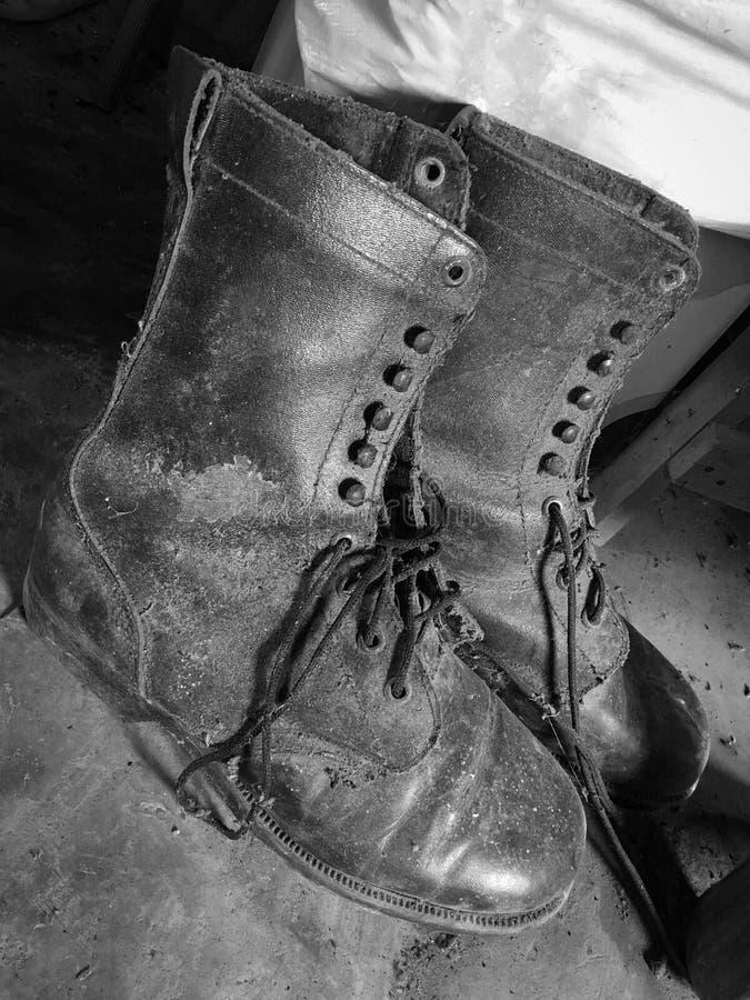 Vieilles bottes noires et blanches image libre de droits
