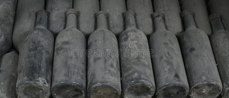 Vieilles bouteilles de vin images stock