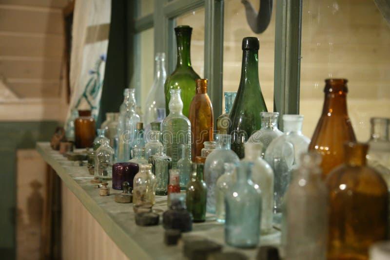 Vieilles bouteilles en verre et bouteilles photo libre de droits