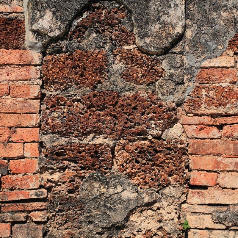 Vieilles brique et pierre superficielles par les agents de latérite image stock