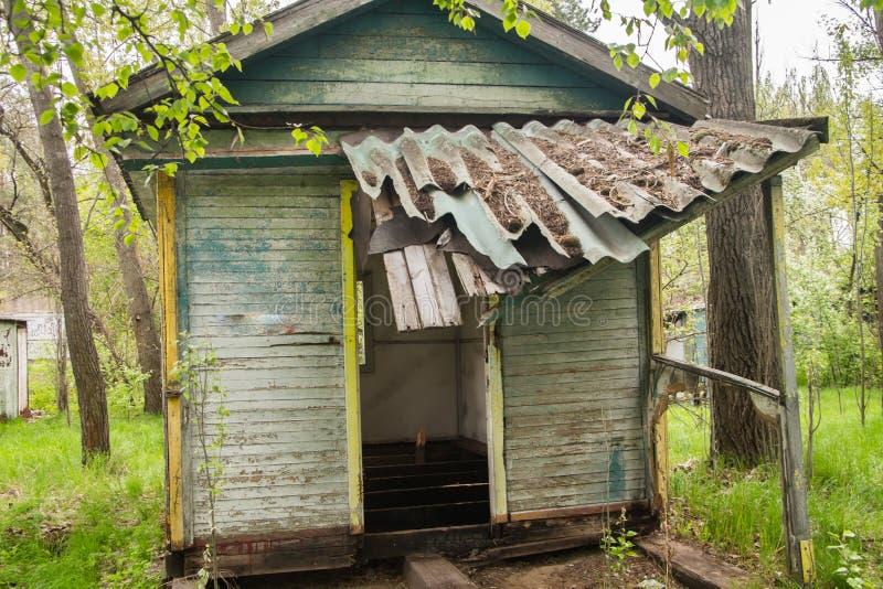 Vieilles carlingues de touristes en bois ruinées photo stock