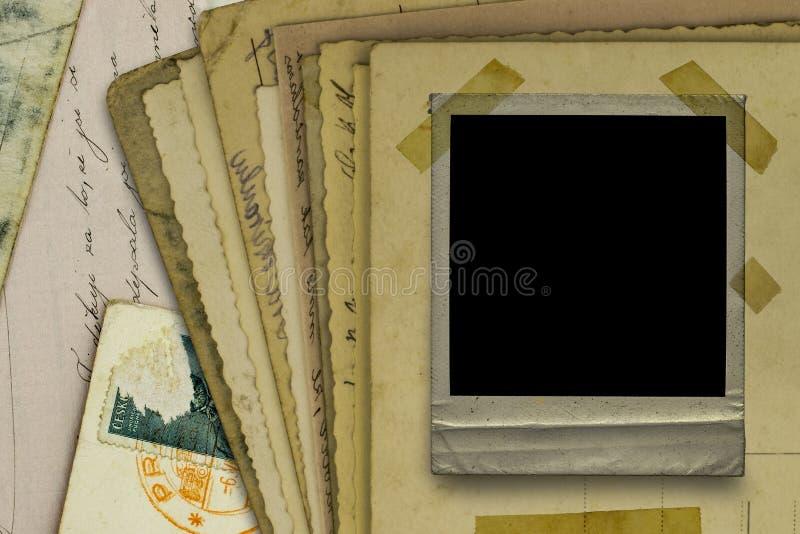 Vieilles cartes postales et fond polaroïd de cadre photographie stock libre de droits