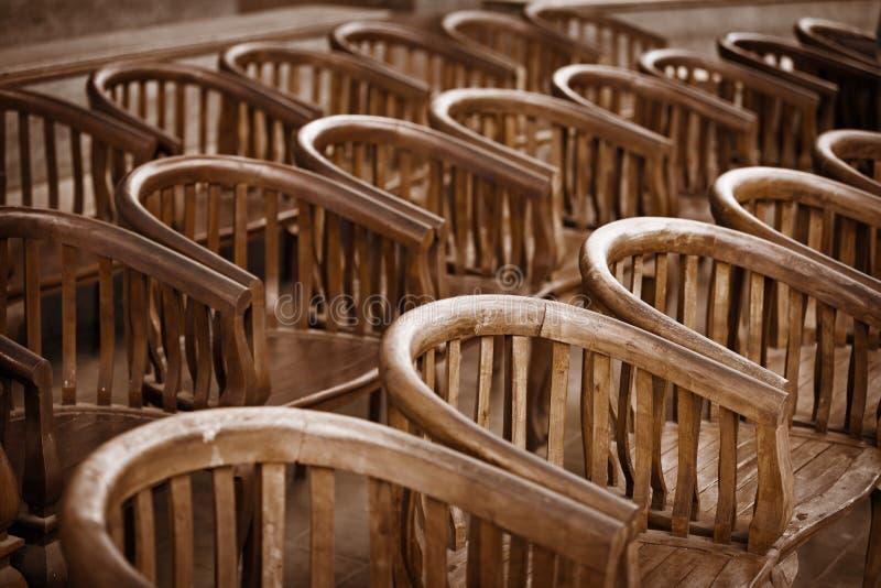 Vieilles chaises en bois dans le th tre images libres de droits image 315 - Vieille chaise en bois ...