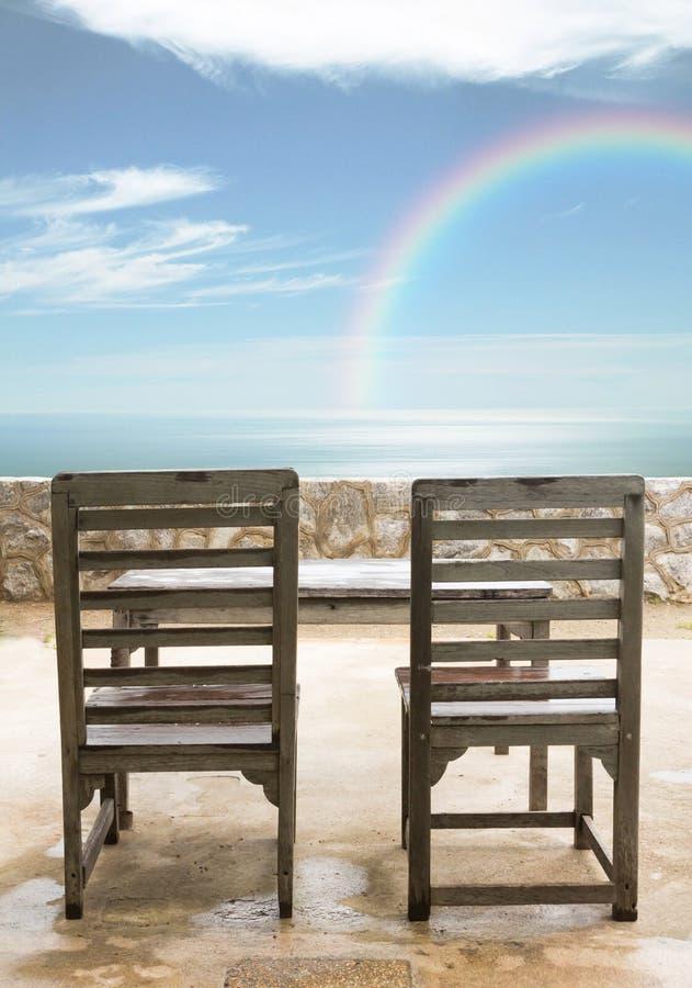 Vieilles chaises et table en bois image libre de droits