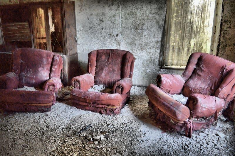 Vieilles chaises rouges dans un bâtiment abandonné image stock