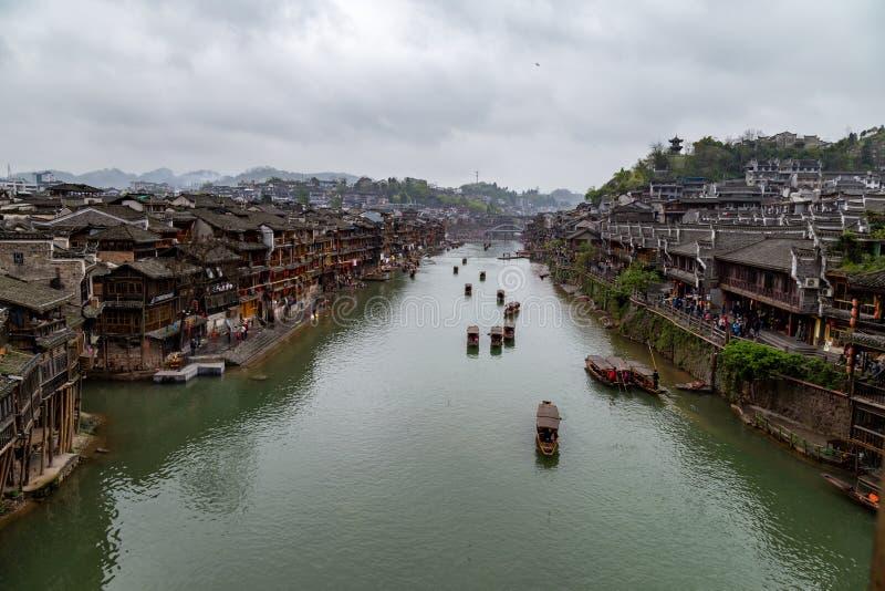 Vieilles Chambres sur la rivière dans la ville antique de Fenghuang, Chine photographie stock