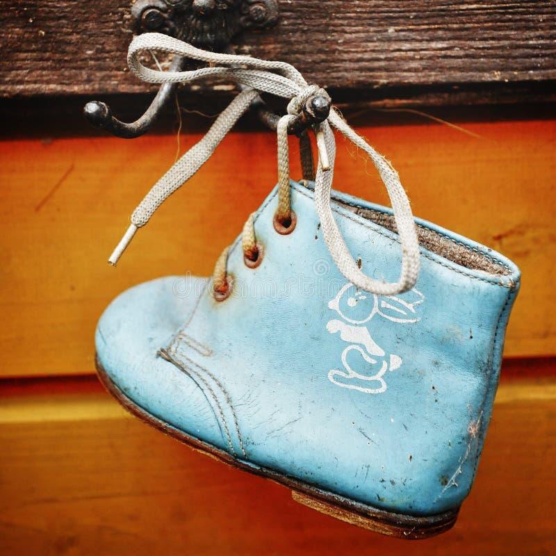 Vieilles chaussures de bébé image libre de droits