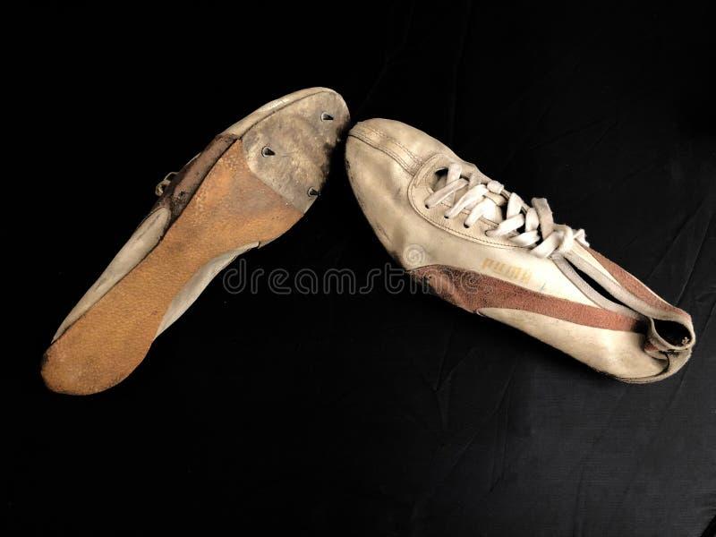 Vieilles chaussures de course avec des transitoires image libre de droits