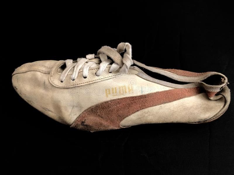 Vieilles chaussures de course avec des transitoires photographie stock