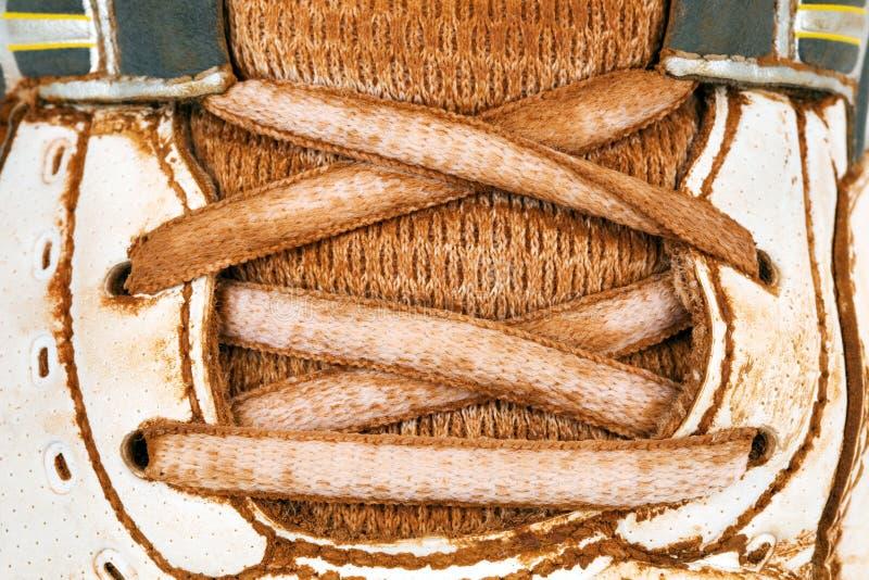 Vieilles chaussures de tennis images stock