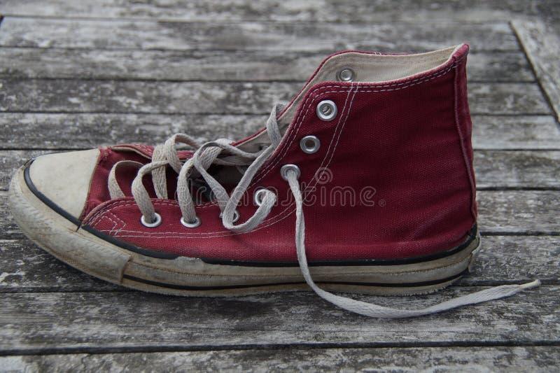 Vieilles chaussures de toile rouges - côté photos libres de droits