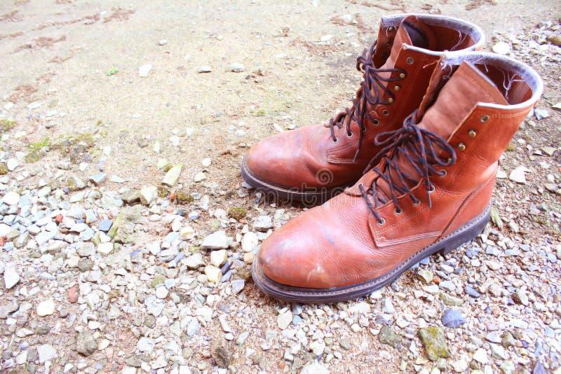 Vieilles chaussures en cuir au sol photo libre de droits