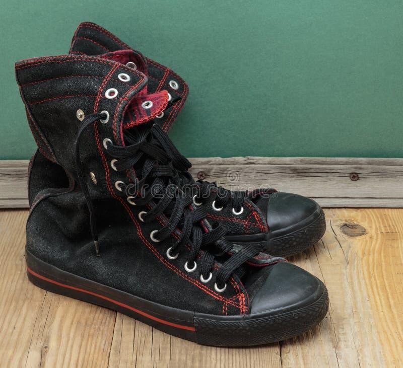 Vieilles chaussures noires photo stock