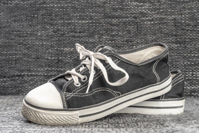 Vieilles chaussures préservées bonnes sur le fond de textile photographie stock libre de droits