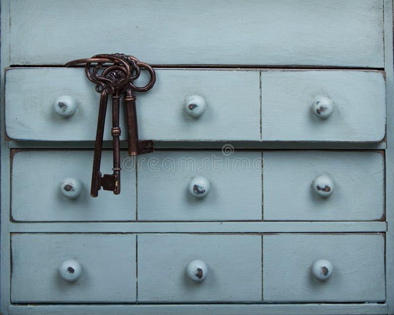 Vieilles clés à l'intérieur d'un tiroir dans une raboteuse images stock