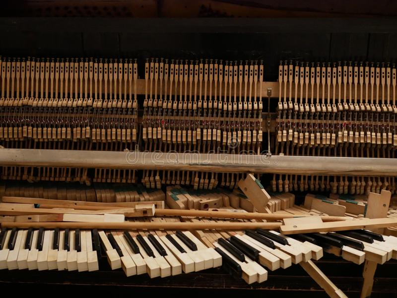Vieilles clés cassées de piano image stock