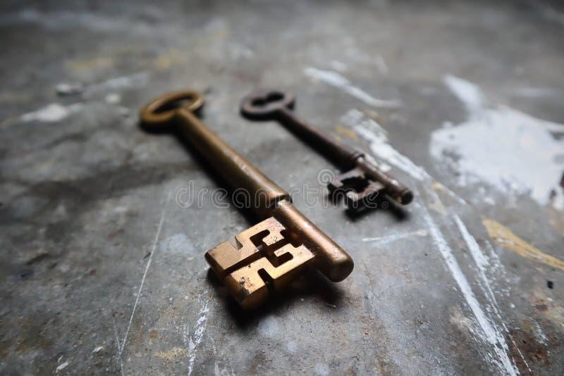 Vieilles clés en laiton sur le banc de travail industriel image libre de droits