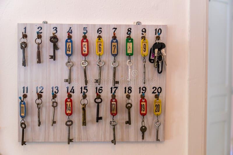 Vieilles clés sur les crochets numérotés photos libres de droits