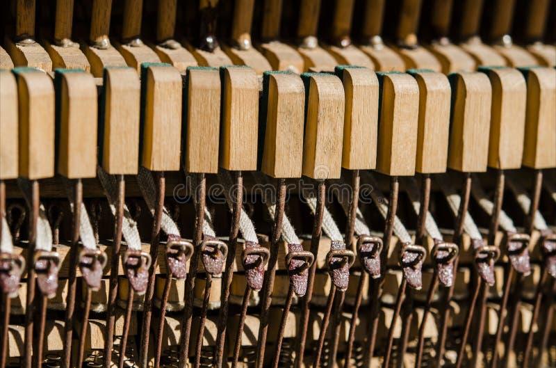 Vieilles cl?s en bois de piano sous les rayons du Sun photo libre de droits