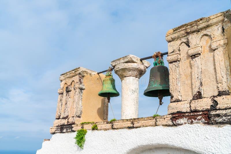 Vieilles cloches d'église à Oia, Santorini photographie stock libre de droits