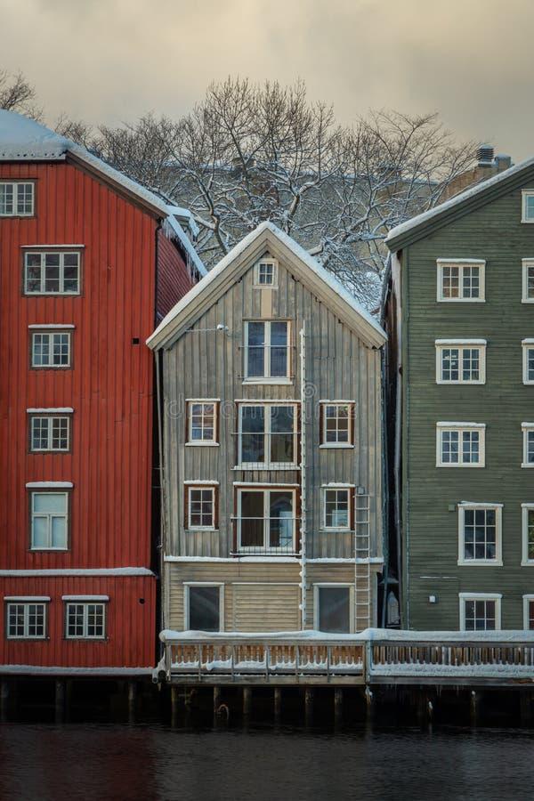 Vieilles, colorées maisons et magazines par la rivière de Nidelva à Trondheim, Norvège photo libre de droits