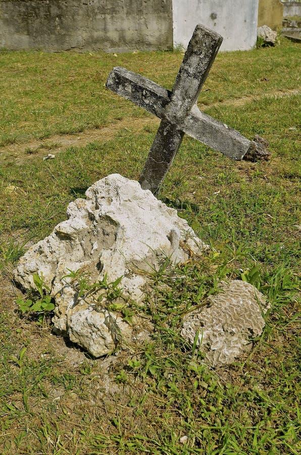 Vieilles croix et tombe de cimetière photographie stock libre de droits