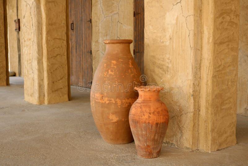 Vieilles cruches en céramique image stock