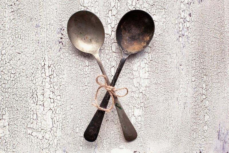 Vieilles cuillères de vintage sur le fond en bois blanc photos stock
