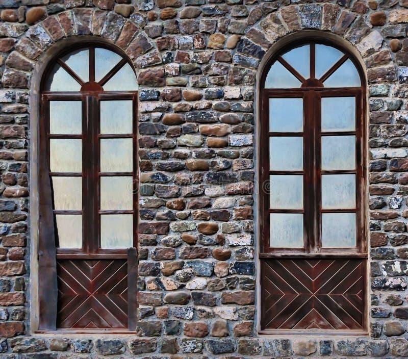 Vieilles, déchirées en lambeaux fenêtres jumelles photographie stock