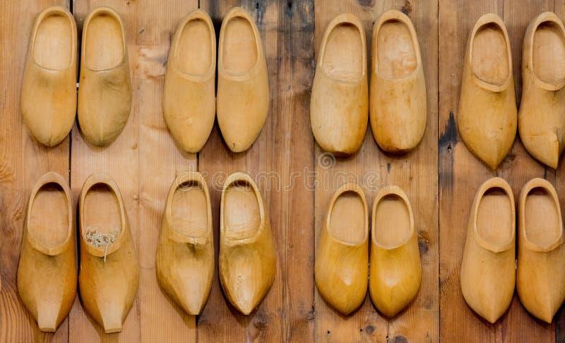 Vieilles entraves en bois de Néerlandais dessus dans la maison photographie stock