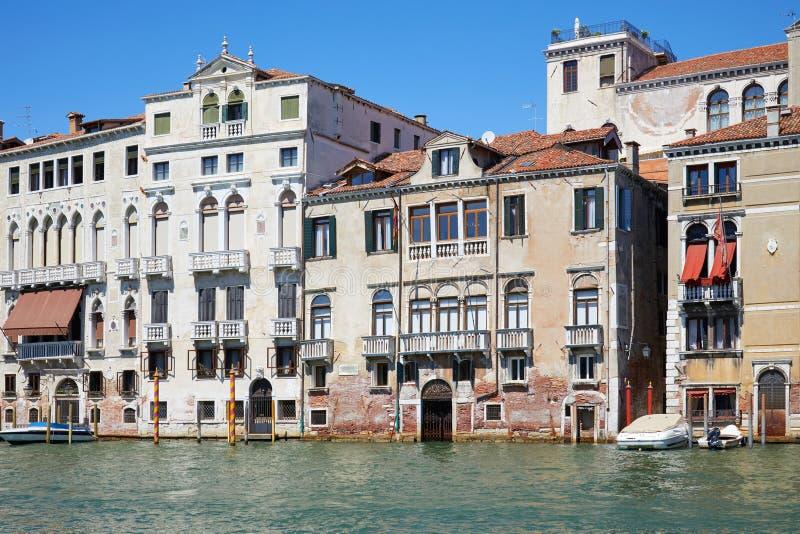 Vieilles façades de bâtiments de Venise et le canal grand en Italie image libre de droits