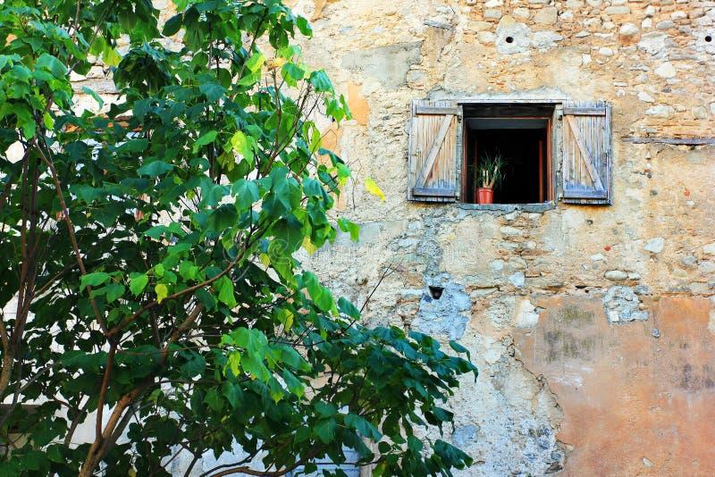 Vieilles fenêtres dans les Frances images stock