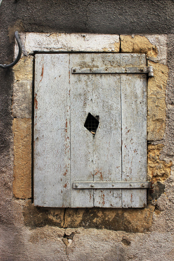 Vieilles fenêtres dans les Frances images libres de droits