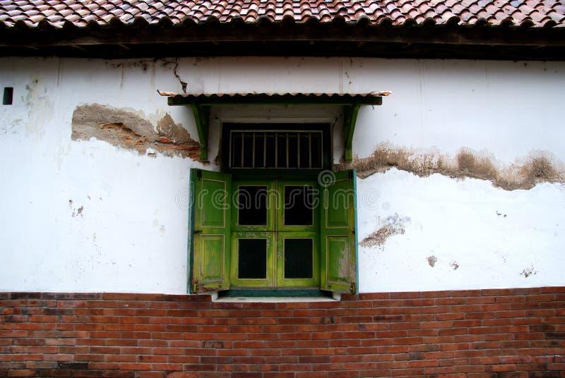 Vieilles fenêtres et mur de briques classique dans Kotagede images stock