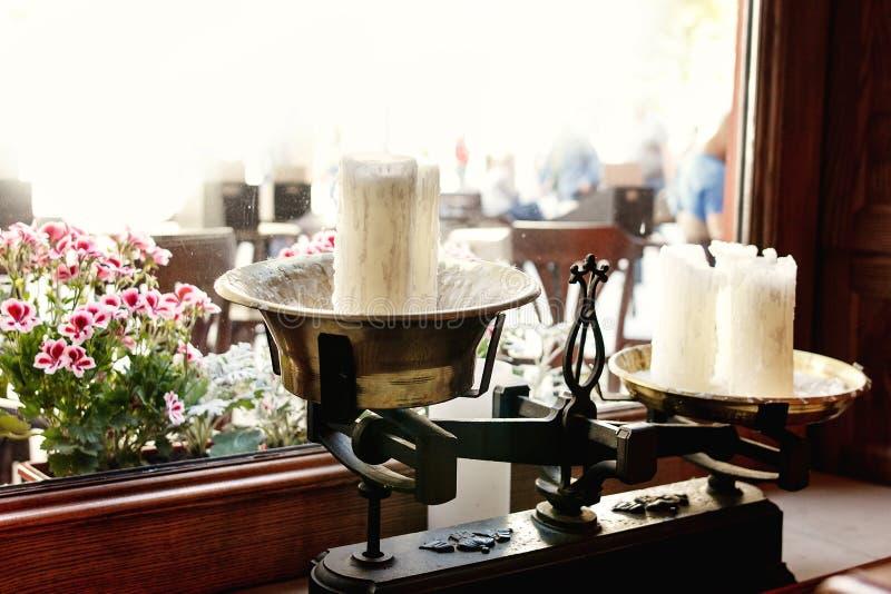 Vieilles grandes bougies de vintage à la fenêtre dans le restaurant riche image stock