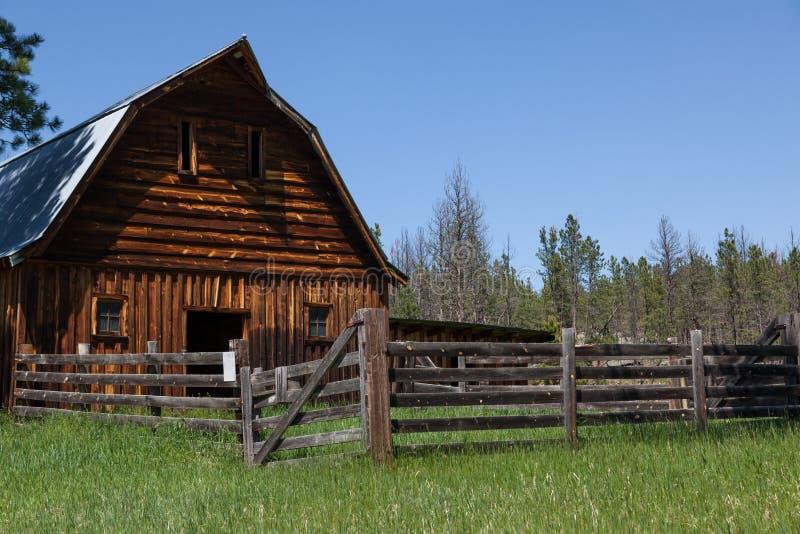 Vieilles grange et barrière en bois images libres de droits