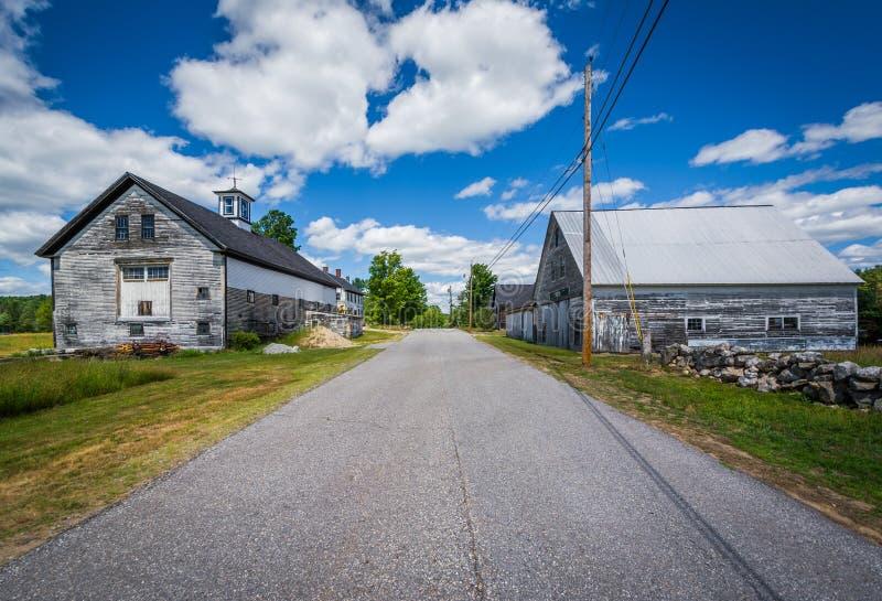 Vieilles granges le long d'une route de campagne dans Allenstown, New Hampshire images stock