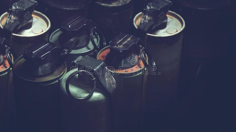 Vieilles grenades à main dans la boîte avec le fond foncé photos stock