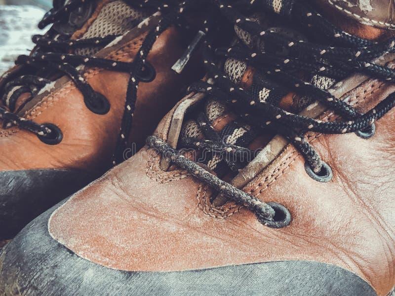 Vieilles hautes chaussures sales rouges Bottes usées de cru de vieille école image stock
