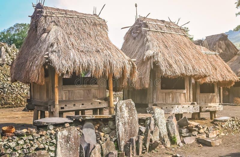 Vieilles huttes en bois dans le village de Bena photographie stock