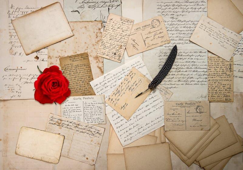 Vieilles lettres, écritures, cartes postales de vintage et rose de rouge images libres de droits