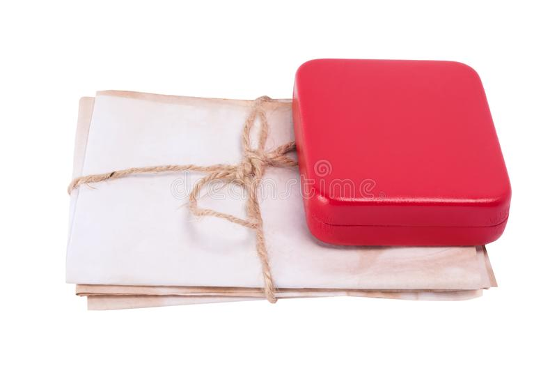 Vieilles lettres attachées avec une corde se trouvant sous la boîte, d'isolement sur le fond blanc images libres de droits