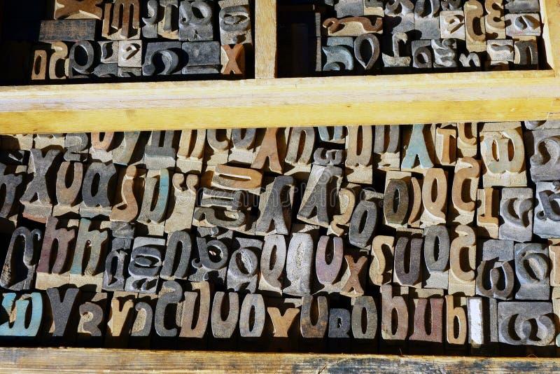 Vieilles lettres de presse typographique, alphabet grec images stock