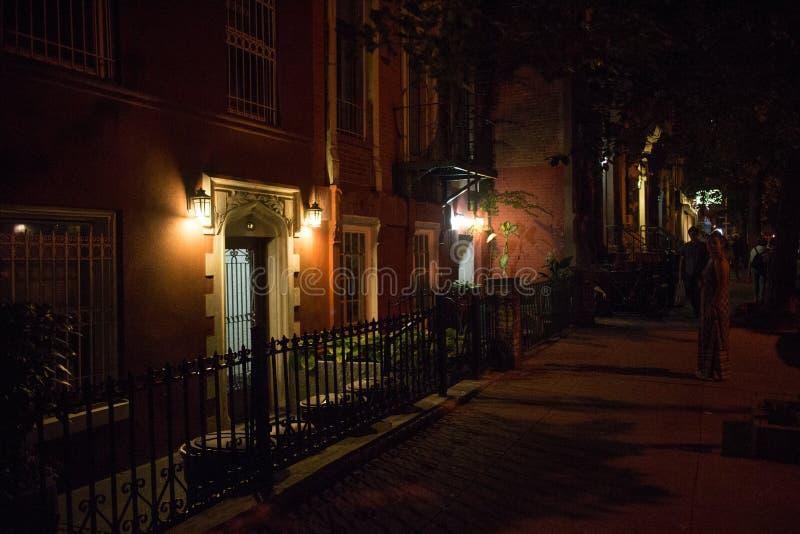 Vieilles lumières de porche de bâtiment de New York City la nuit photographie stock