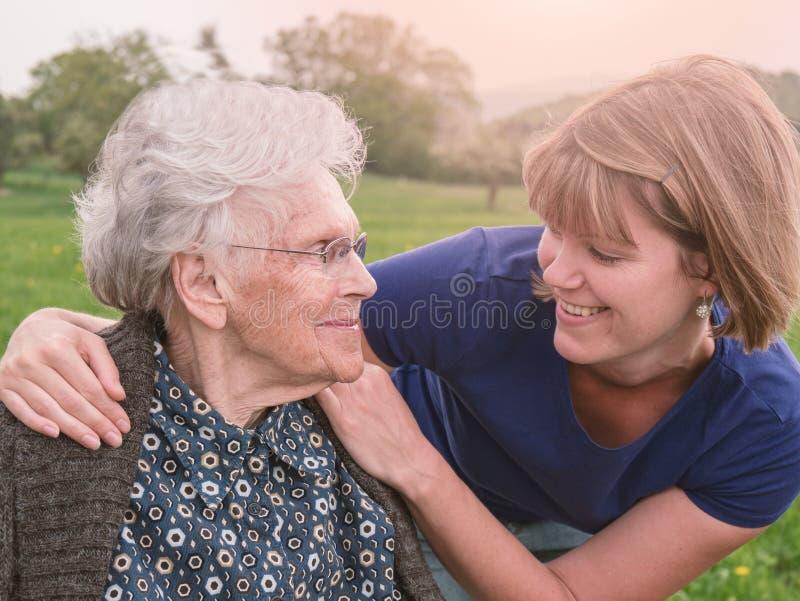 Vieilles mère et fille heureuses en parc image stock